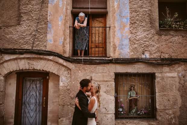 Бабуся дивиться на чарівних наречених у поцілунку, Іспанія