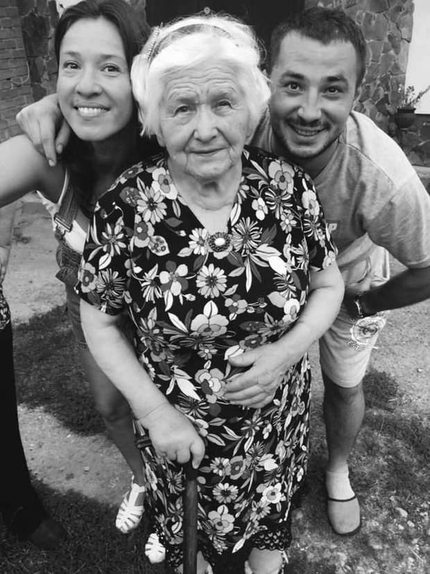 Наталка Карпа з чоловіком та бабусею
