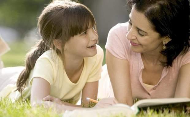 Дитина говорить з мамою