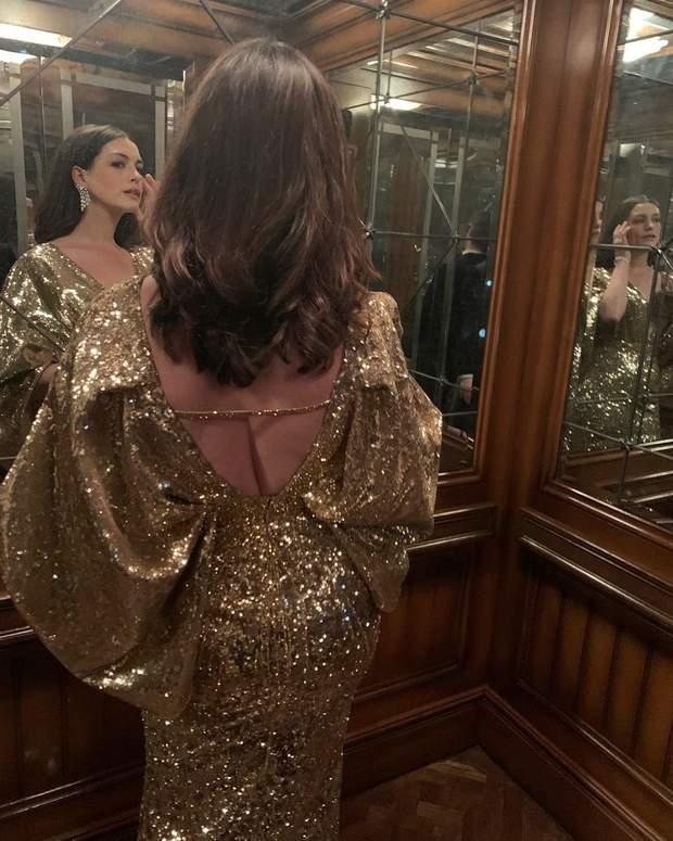 Енн Гетевей у золотистій сукні