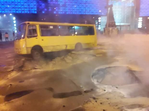 київ центр прорвало теплотрасу маршрутка
