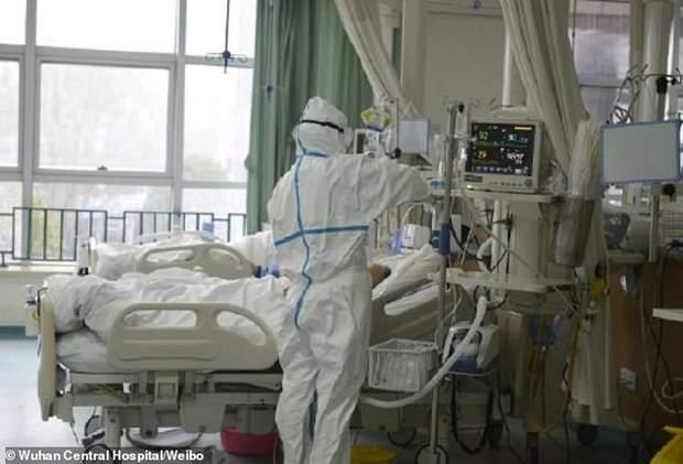 Лікарі працюють у захисних костюмах в китайських клініках