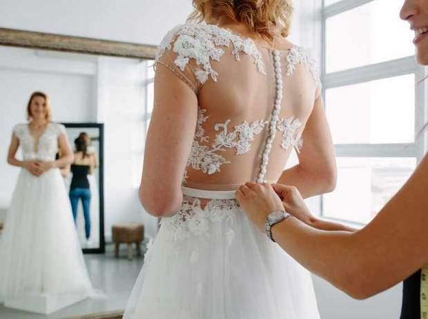 Примірка весільної сукні