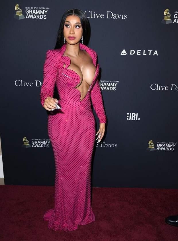 Cardi B оголила груди в сукні
