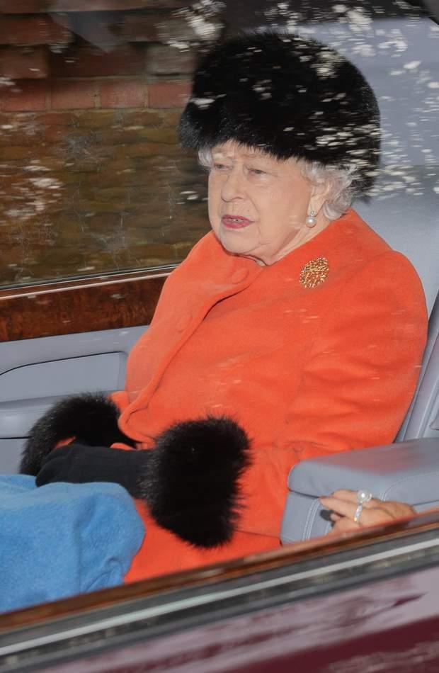 Изысканная королева Елизавета II посетила службу: красивые фото