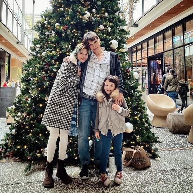 Міла Йовович з доньками