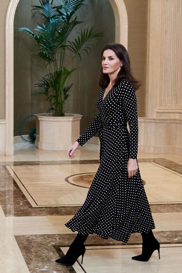 В брендовом платье в горошек: королева Испании показала безупречный образ