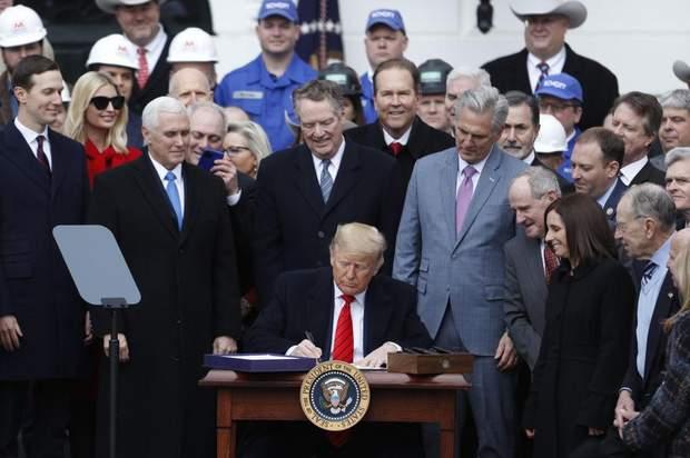 Підписання закону у США