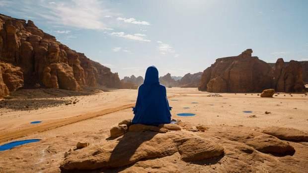 Стальные кольца и искусственные лужи – дизайнеры размещают необычные инсталляции посреди пустыни