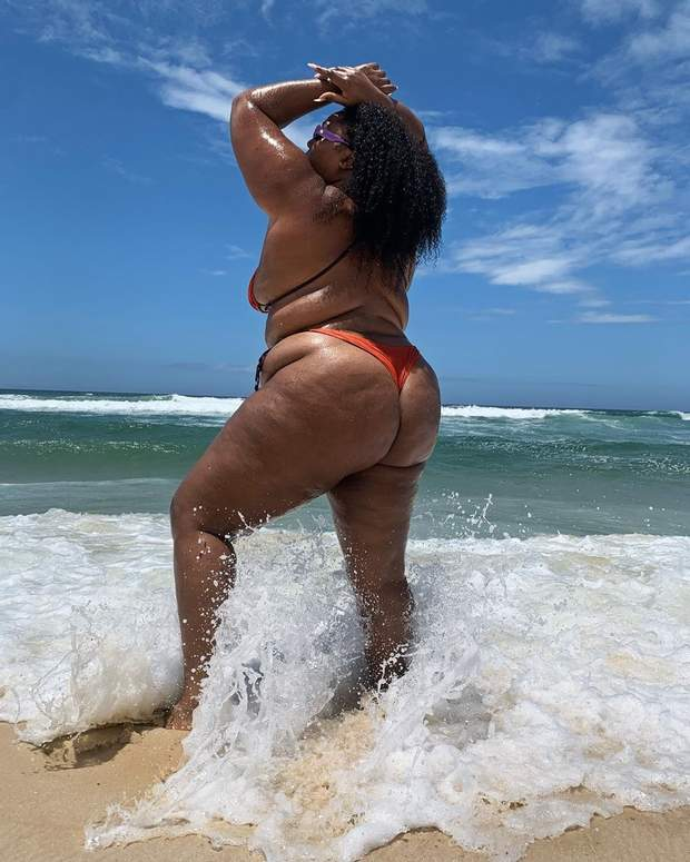 Співачка Lizzo на пляжі