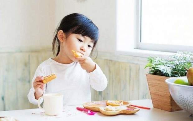 Дівчинка їсть