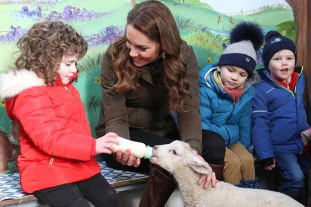 Кейт Миддлтон посетила ферму в Северной Ирландии: комфортный королевский образ