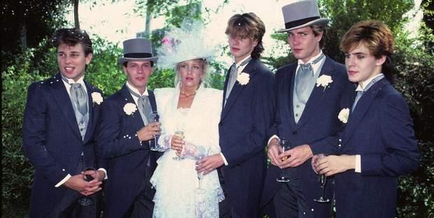 Весілля у стилі рок-н-ролу. На фото тяжко знайти нареченого, правда?