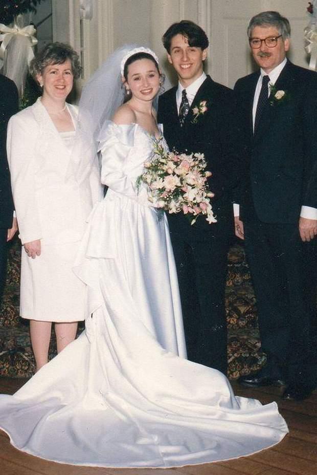 А ця наречена зачаровує білосніжною сукнею з відкритими плечима