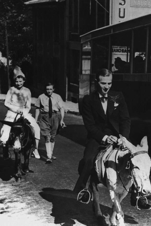 Весілля під час Другої світової війни. Нареченим довелося їхати на віслюках через нестачу палива