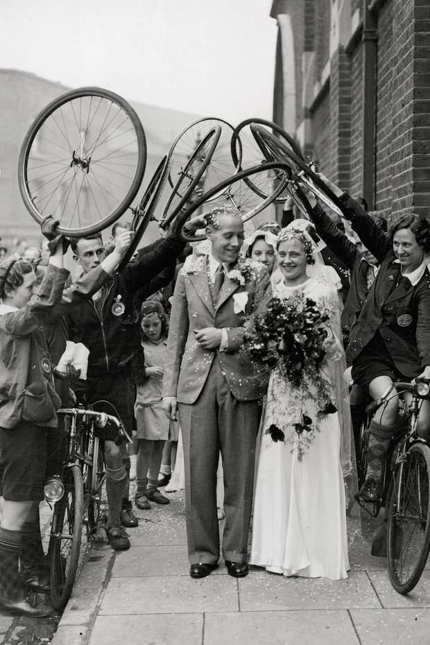 Ці наречені пройшли під велосипедною аркою