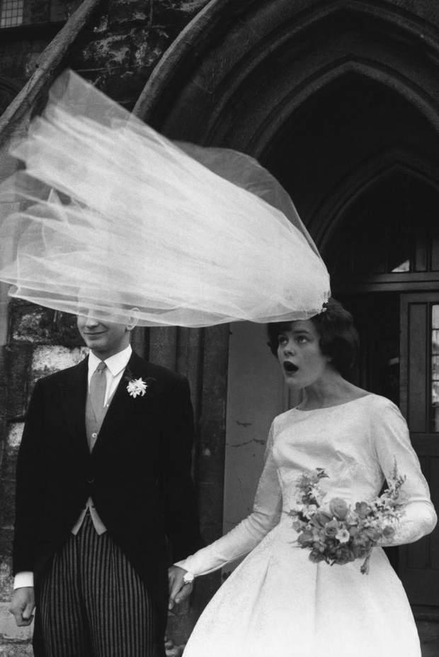 А тут вітер ледь не зіпсував зачіску нареченої