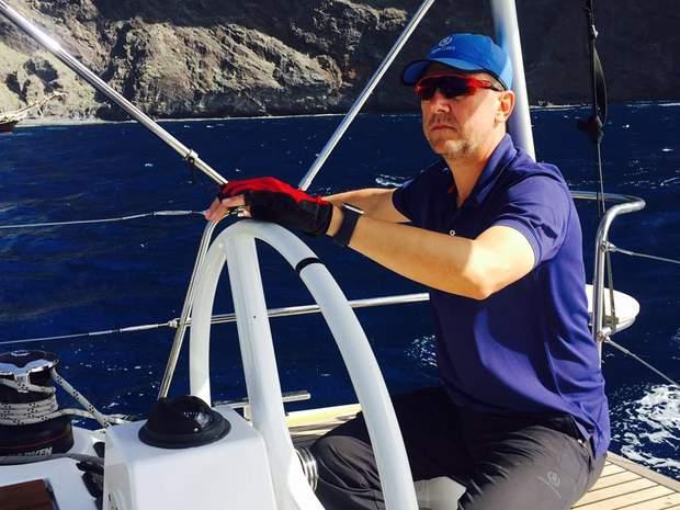Олександр за кермом яхти