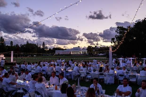 Романтичний пікнік у білому