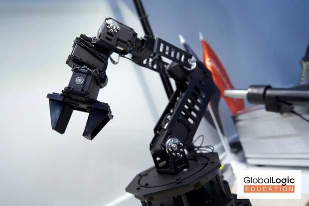 роботизована рука штучний інтелект it-розробки