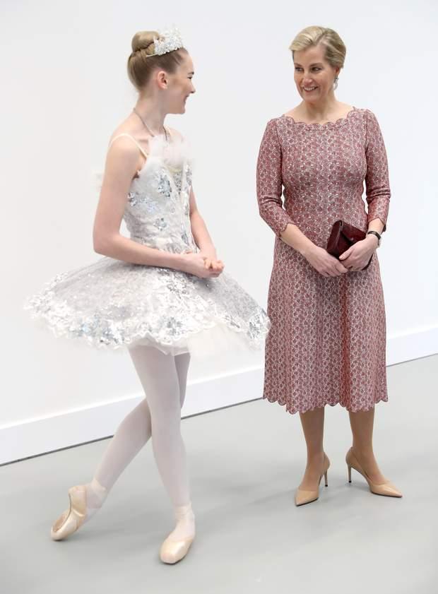 Невестка Елизаветы II пришла в школу балета с сумочкой из крокодиловой кожи: фото