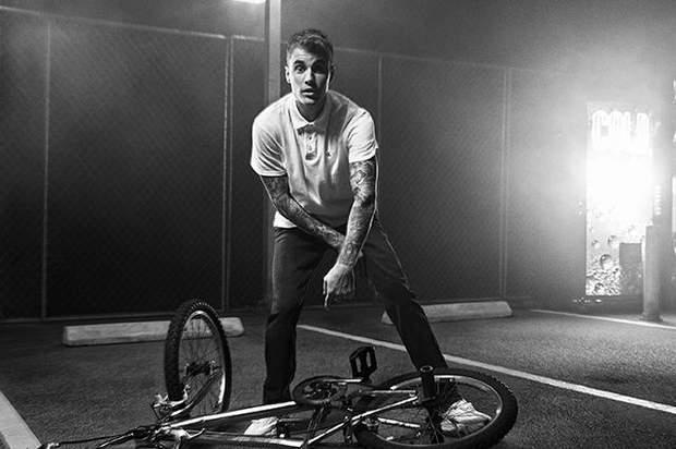 Джастін Бібер на чорно-білому фото