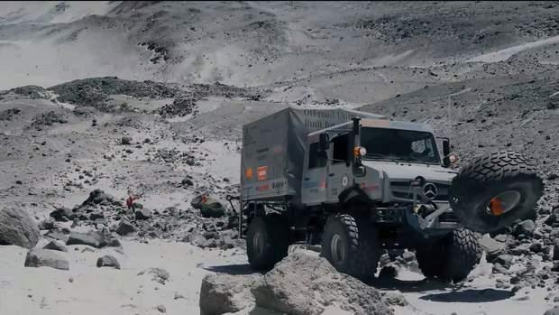 Грузовики Unimog поднялись на вершину самого высокого действующего вулкана на планете: фото