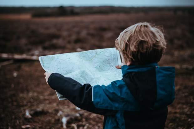 Дитина з картою