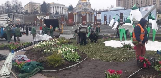 На Майдане Независимости появились гипсовые подснежники: фото