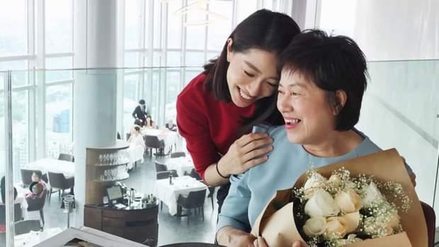 Рейчел Лім з мамою у Сінгапурі