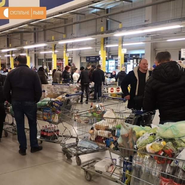 Українці купують продукти в супермаркеті