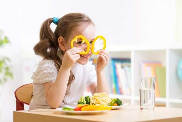 Дитина обідає