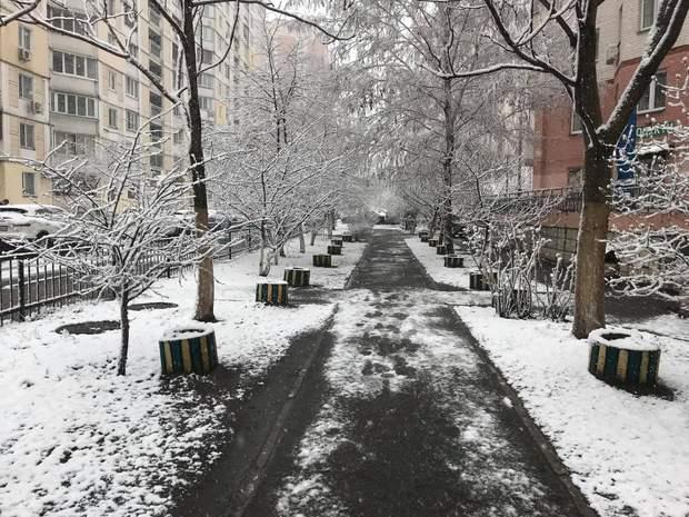 Деякі двори столиці добряче засипалом снігом