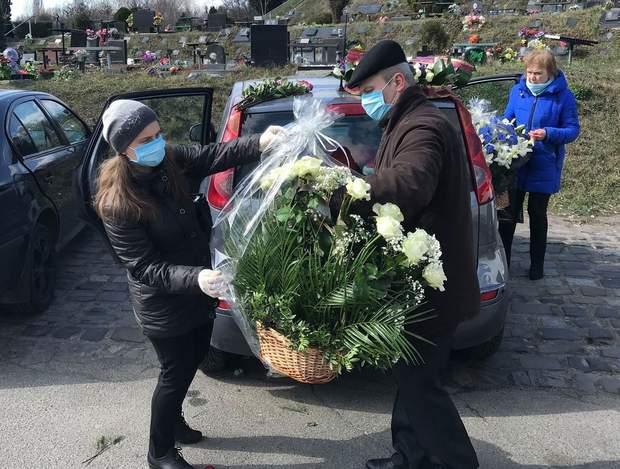 Однак люди надіслали багато квітів