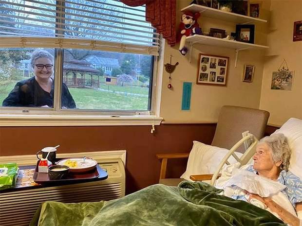 Донька приходить до вікна, аби побачити маму