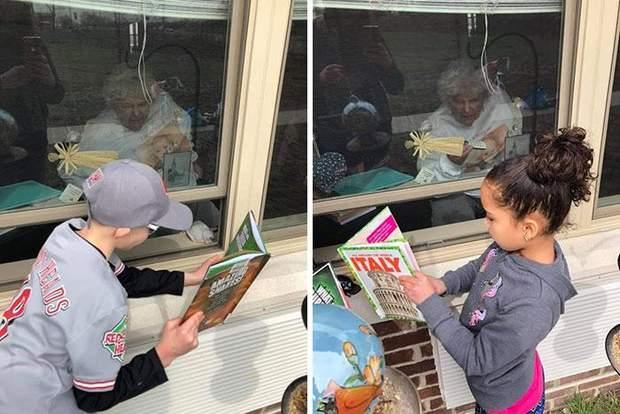 Онуки читають своїй бабусі через вікно будинку престарілих