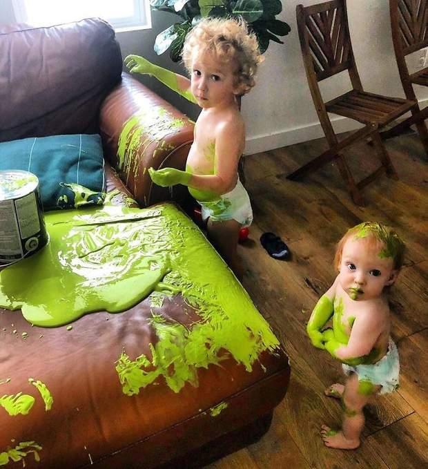 Я плачу, коли розумію, що мені доведеться відчищати диван від цієї зеленої фарби