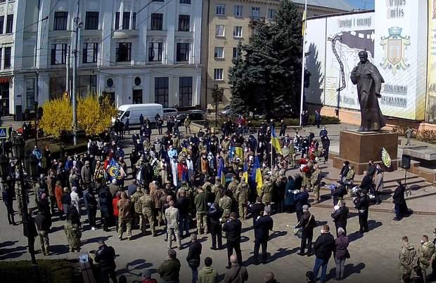 В Черновцах несмотря на жесткий карантин более 100 человек прощаются с погибшим военным: фото