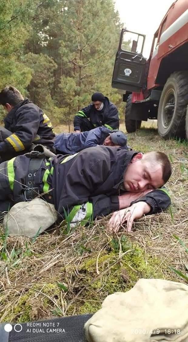 пожежні відпочивають, пожежа у чорнобильській зоні