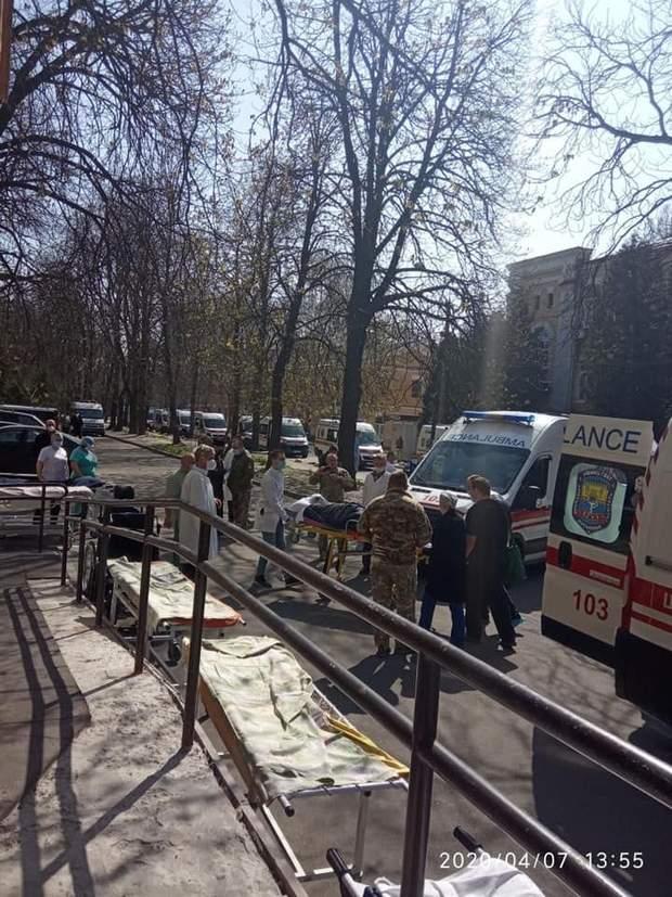 У військовий госпіталь Києва прибули швидкі з передової