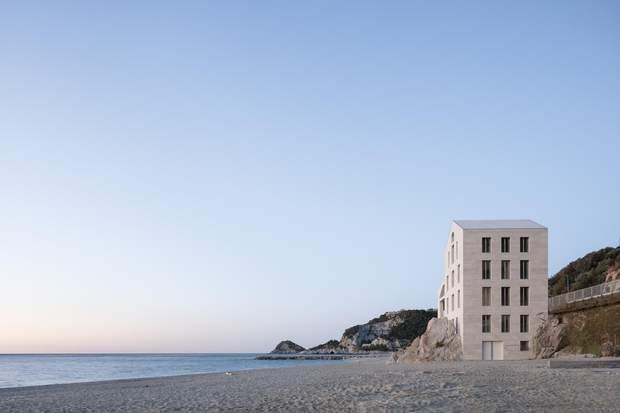 Будиночок розташований посеред пляжу / фото: Archdaily