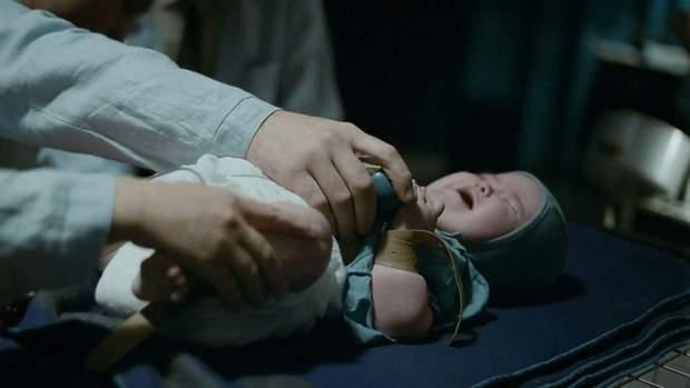 Катування немовлят у фільмі Дау