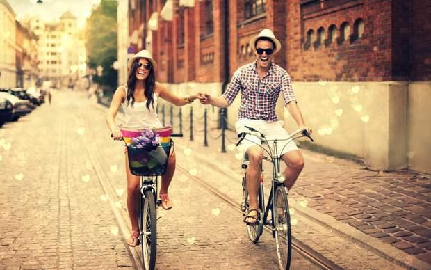 Пара катається на велосипедах