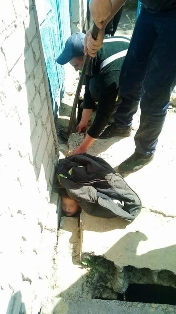 у Дніпрі хлопчик застряг між бетонними плитами