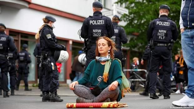 В Берлине полиция задержала более 200 активистов во время уличных акций: фото