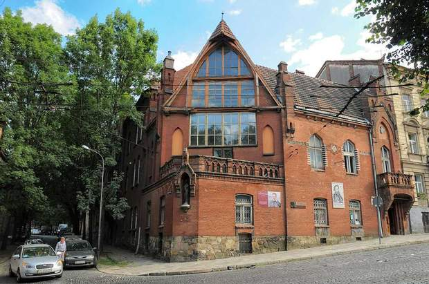 Будинок із червоної цегли розташований біля собору святого Юра / фото: Lviv1256