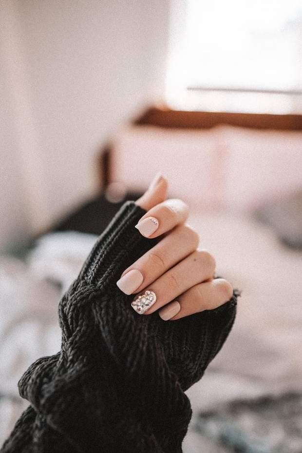 Декор нігтів стразами
