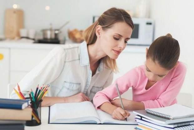 Мама з дитиною вчить уроки