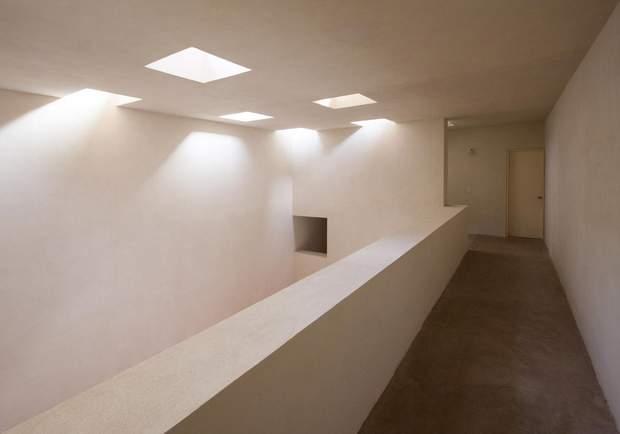 Отвори в стелі чудово пропускають сонце / фото: Archdaily