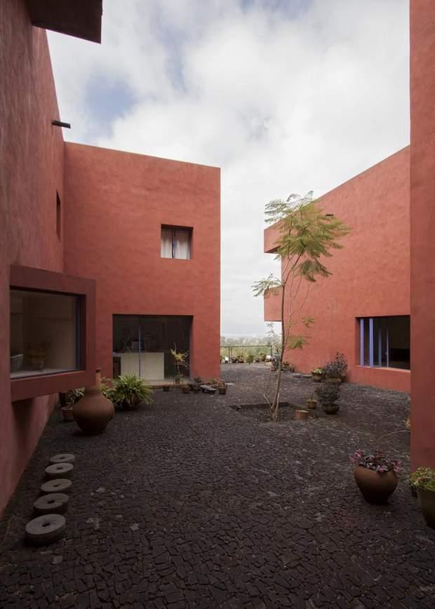Внутрішнє подвір'я між будинками / фото: Archdaily